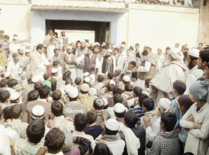 Angry mourners outsidedeceased  Mufti Munawwar's house