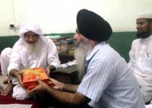 Sikhs visiting Jama Masjid In Amritsar to greet Muslims on Eid
