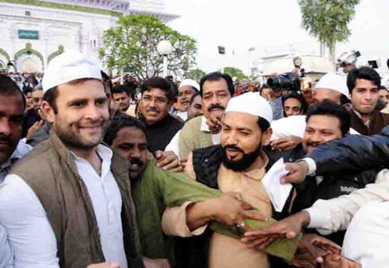 A picture of Rahul Ghandi with muslims